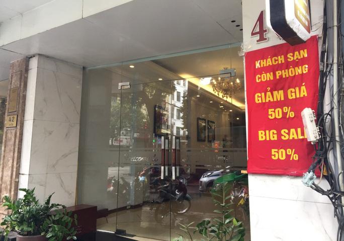 Nhà có người cách ly, đi thuê khách sạn lúc Hà Nội giãn cách được không?