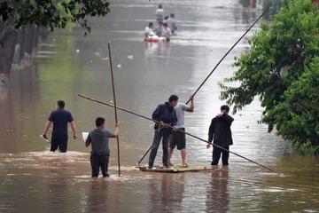 Nước ngập sâu trên đường, người đàn ông vùng vẫy bơi lội