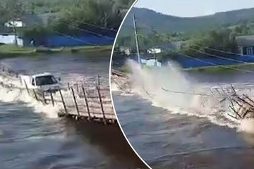 Xe tải chìm nghỉm giữa sông khi đang băng qua cây cầu gỗ