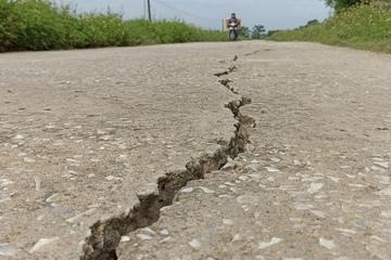 Thanh Hóa: Mặt đê nứt toác sâu, người dân lo mất an toàn mùa mưa bão