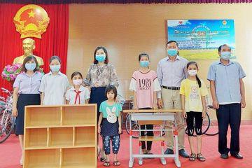 Quảng Ninh: Trao quà cho học sinh khuyết tật vượt khó vươn lên