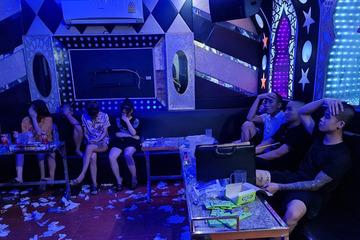 Bất chấp lệnh cấm, 9 nam nữ vẫn tổ chức tụ tập hát karaoke, sử dụng ma túy