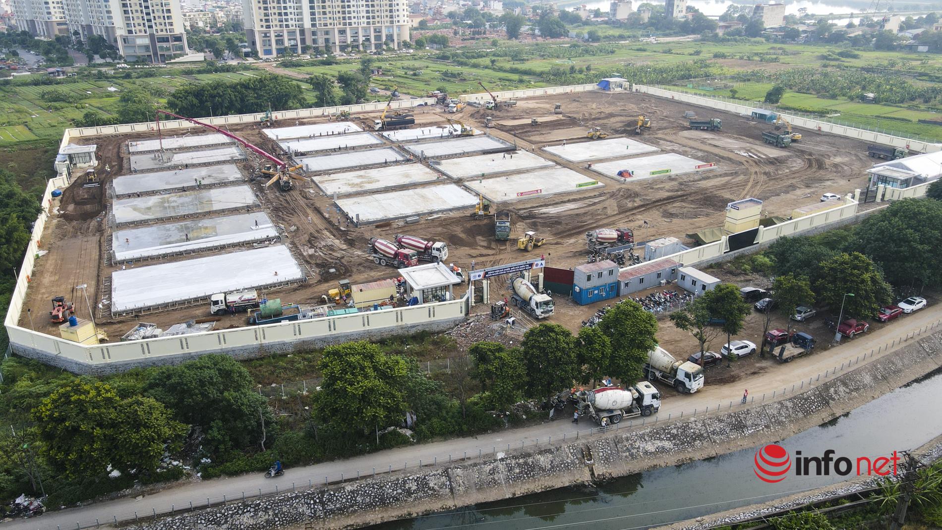 Hà Nội: Công nhân gấp rút xây dựng bệnh viện dã chiến tại quận Hoàng Mai