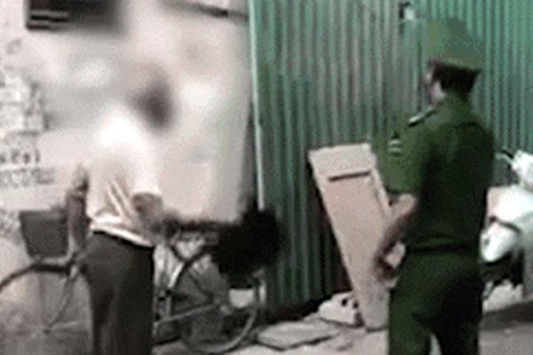 Hà Nội: Không đeo khẩu trang bị nhắc nhở, cụ ông cầm mũ đánh cảnh sát