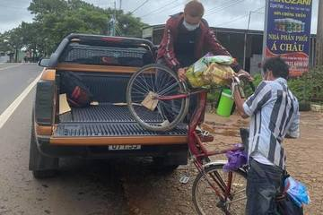 Người dân góp tiền mua xe máy, tặng lộ phí cho 4 thanh niên đi bộ hàng trăm km về quê tránh dịch