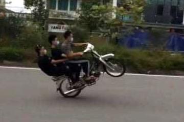 3 nam thanh niên ngổ ngáo, không đội mũ bảo hiểm còn bốc đầu xe 'diễn xiếc'