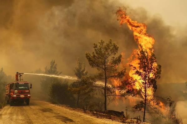 Hỏa hoạn tấn công khu nghỉ dưỡng ở Thổ Nhĩ Kỳ, du khách nháo nhào bỏ chạy
