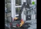 Tranh chấp tiền lương, người đàn ông lái máy xúc đập phá tòa chung cư giá rẻ