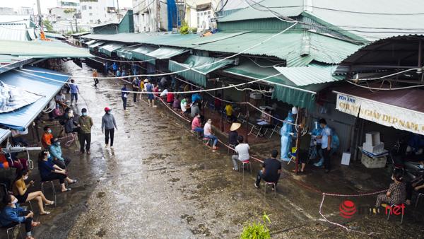 Hà Nội: Lấy mẫu xét nghiệm cho hàng trăm tiểu thương chợ Phùng Khoang