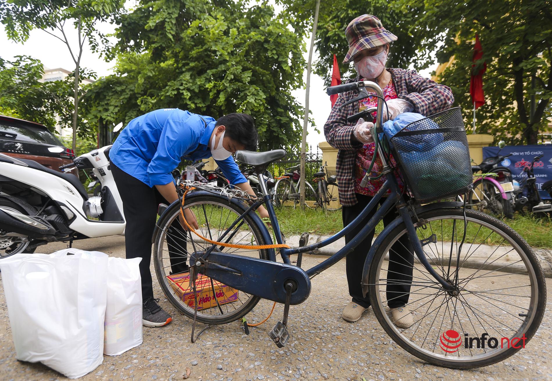 Siêu thị mini 0 đồng giúp đỡ người khó khăn ở Hà Nội