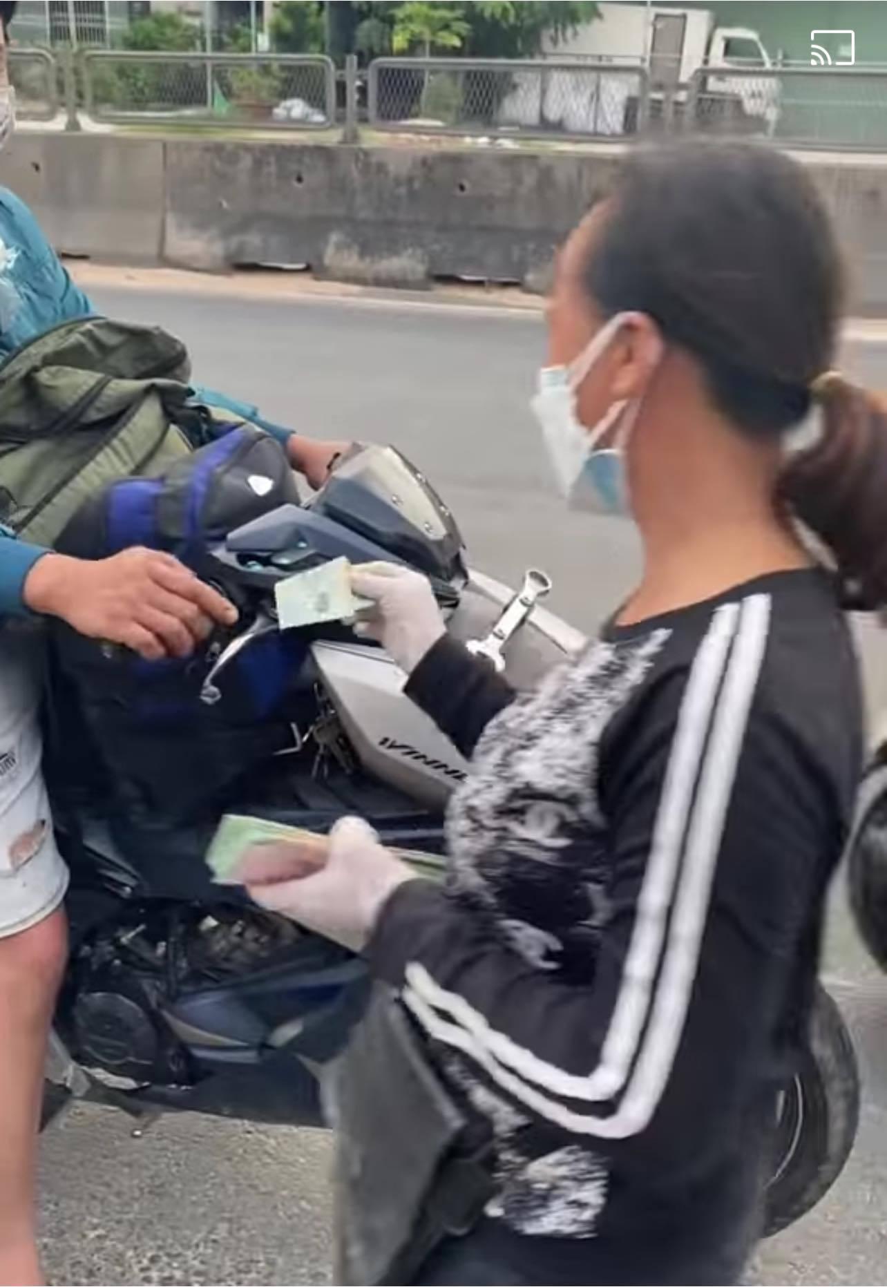 Covid-19,chạy xe máy về quê,từ thiện