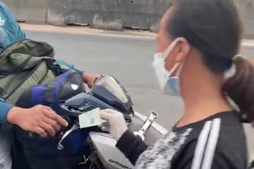 Người phụ nữ đi dép tổ ong phát tiền giúp người chạy xe máy về quê: Ngày lãi 15 triệu tôi tặng hết