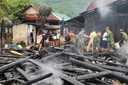 Nghệ An: Lửa thiêu rụi 1 căn nhà gỗ, 2 gia đình hàng xóm vạ lây