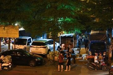 Tiểu thương chợ Long Biên tập trung đông người, xả hàng trong đêm