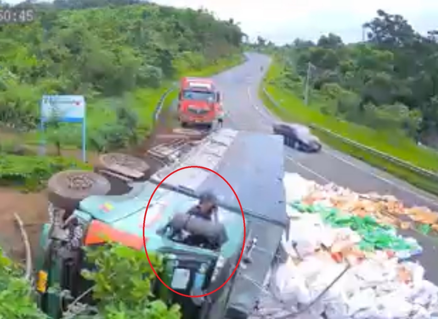 Xe tải chở 50 tấn gạo mất lái lật nhào ra đường, tài xế may mắn thoát nạn