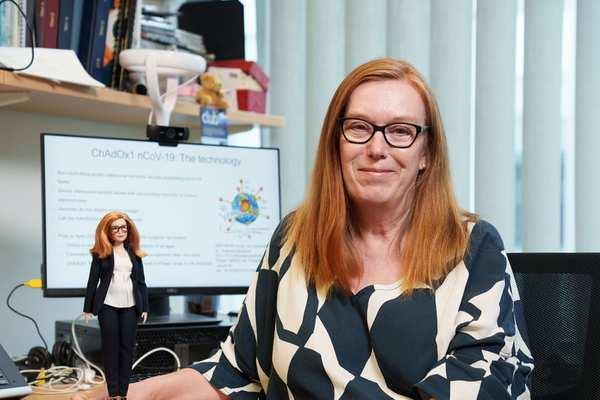 Giáo sư phát triển vắc-xin Covid-19 AstraZeneca 'biến' thành búp bê Barbie
