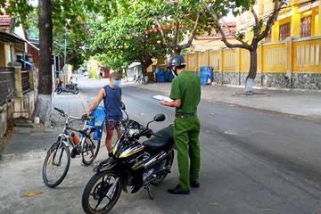 Chở vợ đi 'xem các chốt kiểm soát dịch', người đàn ông Quảng Nam đòi kiểm tra giấy tờ của tổ công tác