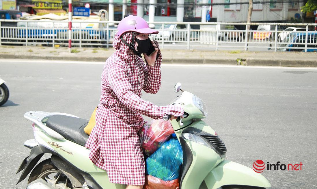 Hà Nội: Người dân ùn ùn gửi đồ tiếp tế vào khu phong tỏa 23 nghìn dân
