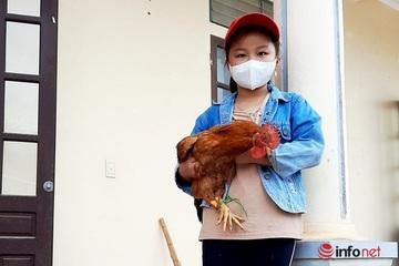 Bé gái 8 tuổi mang gạo, gà, bí đỏ ủng hộ khu cách ly