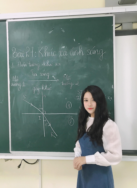 Cô giáo Vật lý xinh đẹp như 'nữ thần' phim ảnh: Theo khối tự nhiên để 'trả đũa' bạn cùng lớp!