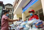 Một phường hỗ trợ người nghèo, 3 tấn gạo, 300 thùng mì 'hết veo' trong buổi sáng