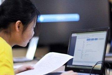 """Phụ huynh Hà Nội """"thở phào"""" vì học sinh lớp 1, lớp 2 không cần bài kiểm tra trực tuyến cuối năm"""