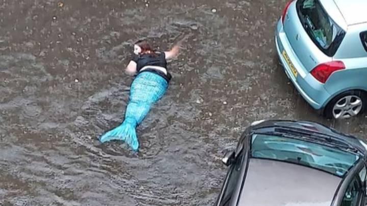 Phát hiện 'nàng tiên cá' bơi lội trên đường phố ngập nước ở Scotland