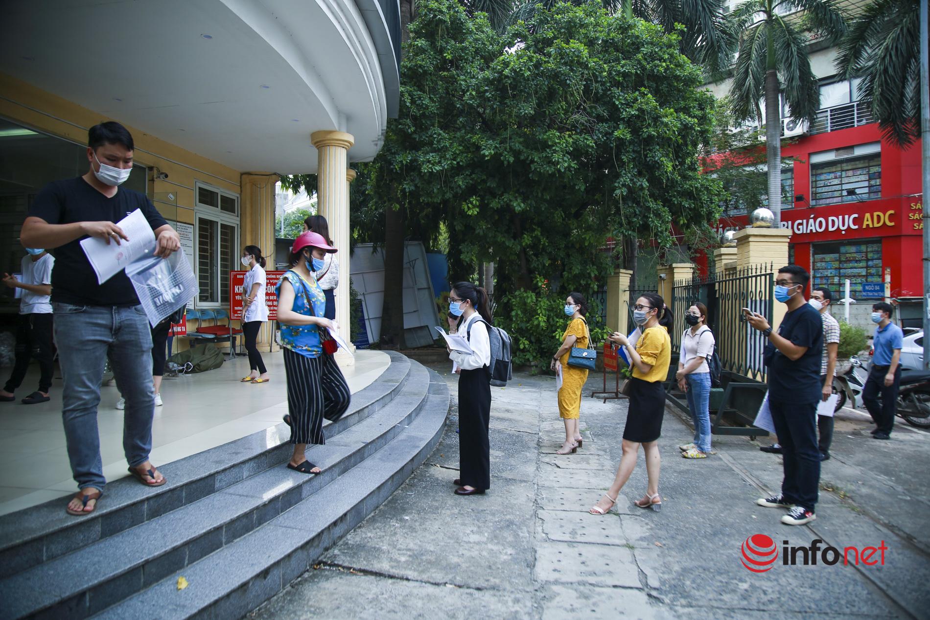 Hà Nội: Người dân xếp hàng xin giấy xác nhận đi đường