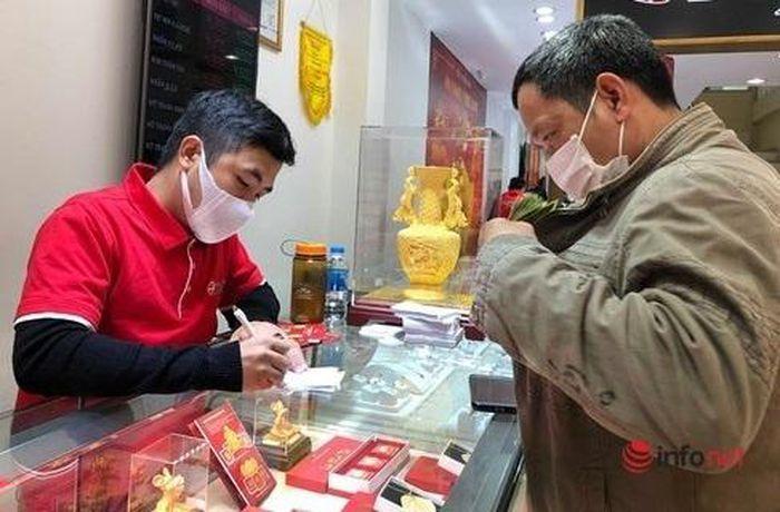 Giá vàng tụt dốc, nhà đầu tư lỡ 'ôm' giữ vàng 1 năm qua lỗ thảm hại