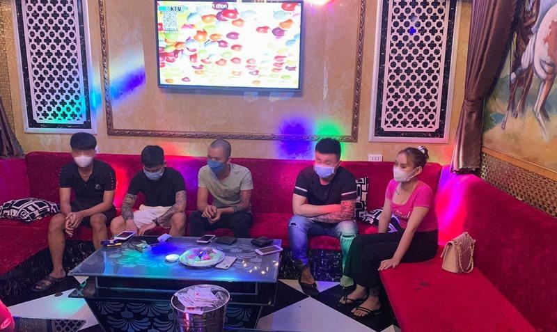 Bắt quả tang hàng chục đối tượng 'phê' ma túy trong quán karaoke ở Quảng Nam