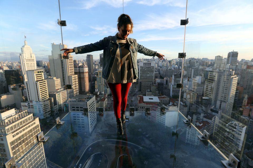 Chóng mặt run chân ở đài quan sát bằng kính trên toà nhà cao nhất Brazil