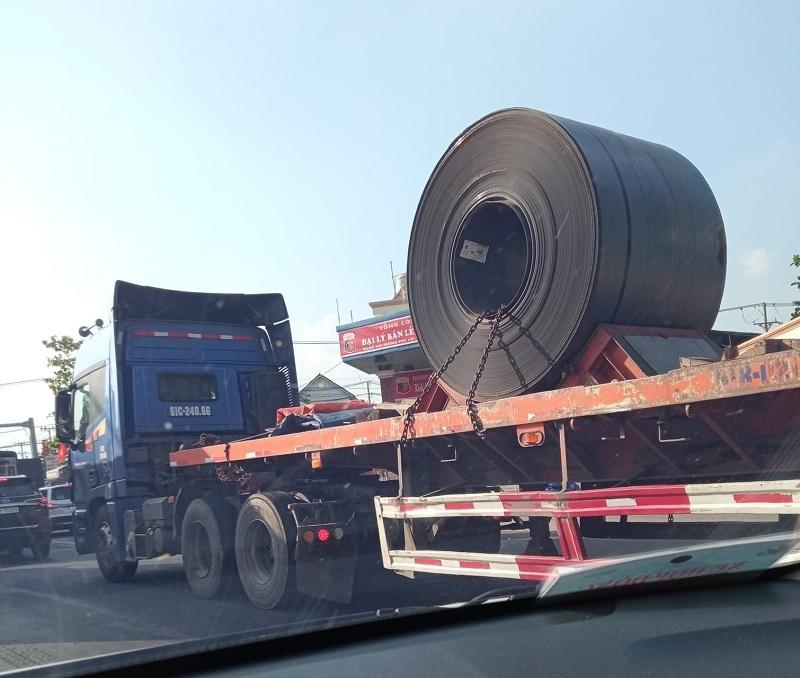 Bác tài già thất thểu sau vụ tai nạn nguy hiểm, dân mạng thương cảm nhưng không quên cảnh  báo về các xe chở cuộn thép khổng lồ