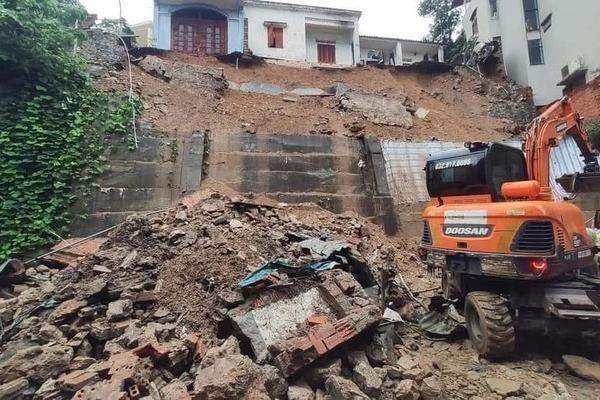 Sạt lở đất đá trong cơn mưa lớn, 4 công nhân đang ngủ bị vùi lấp, 3 người tử vong