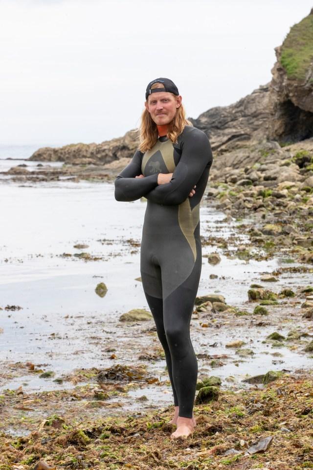 Cuộc chạm trán với đàn cá mập 50 con ngoài khơi bờ biển nước Anh và cái kết bất ngờ
