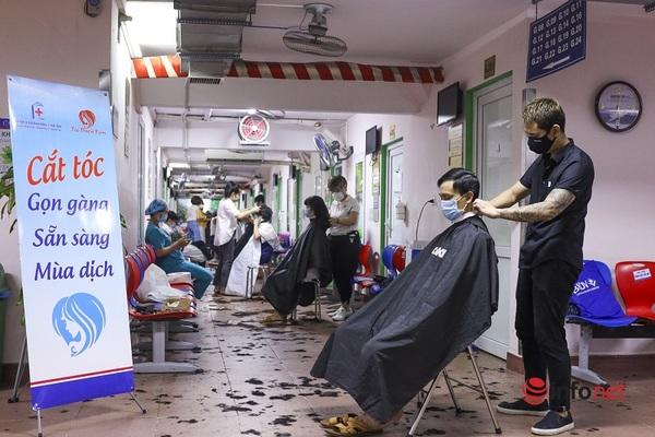 Những ''tay kéo'' cắt tóc giúp y bác sĩ trước khi vào bệnh viện dã chiến