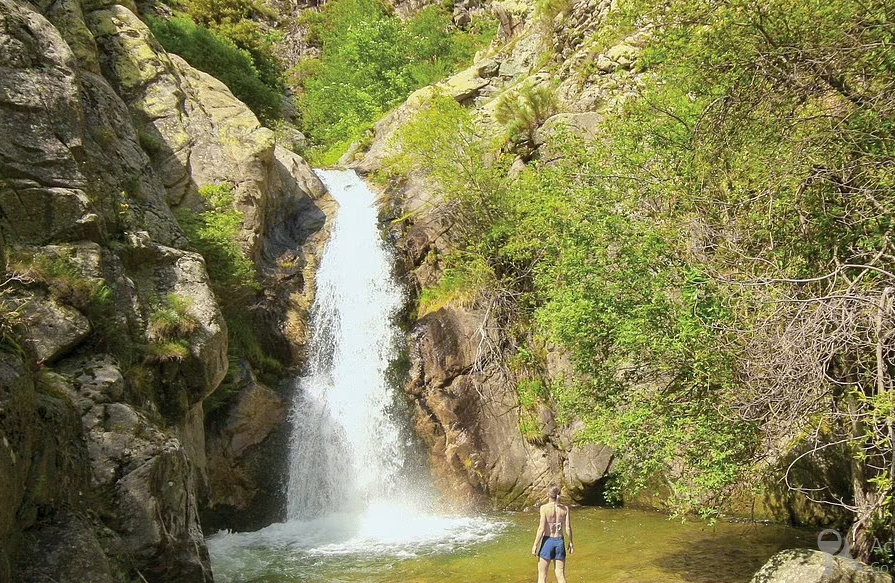 Khung cảnh ngoạn mục ở những bể bơi tự nhiên nước xanh như ngọc tại Pháp