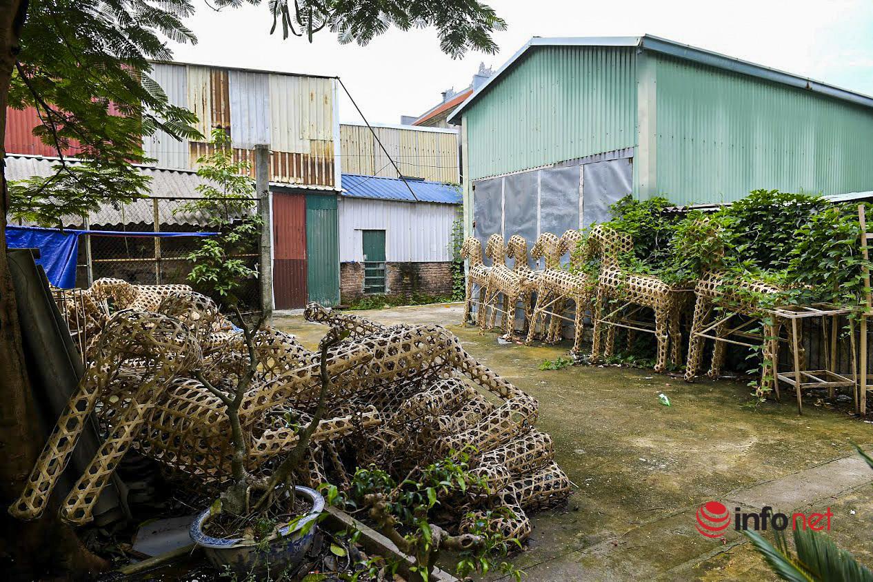 'Ngựa xe' chất đống cho dây leo, ngôi làng phục vụ 'tháng cô hồn' đìu hiu