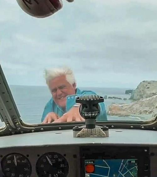 Thót tim xem người đàn ông 71 tuổi biểu diễn đu bám trước mũi máy bay giữa bầu trời