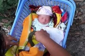 Bé gái sơ sinh bụ bẫm bị bỏ rơi bên gốc xoài kèm tờ giấy nhờ người nuôi hộ