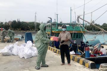 Chiến sĩ đảo Sinh Tồn hỗ trợ tàu cá cạn nhiên liệu và lương thực, thực phẩm