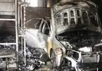 Cháy nhà lúc giữa trưa, chủ nhà may mắn thoát ra ngoài, 'xế hộp' bị thiêu rụi