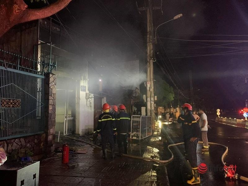 Cháy lớn trong đêm, cả kho hàng bị thiêu rụi