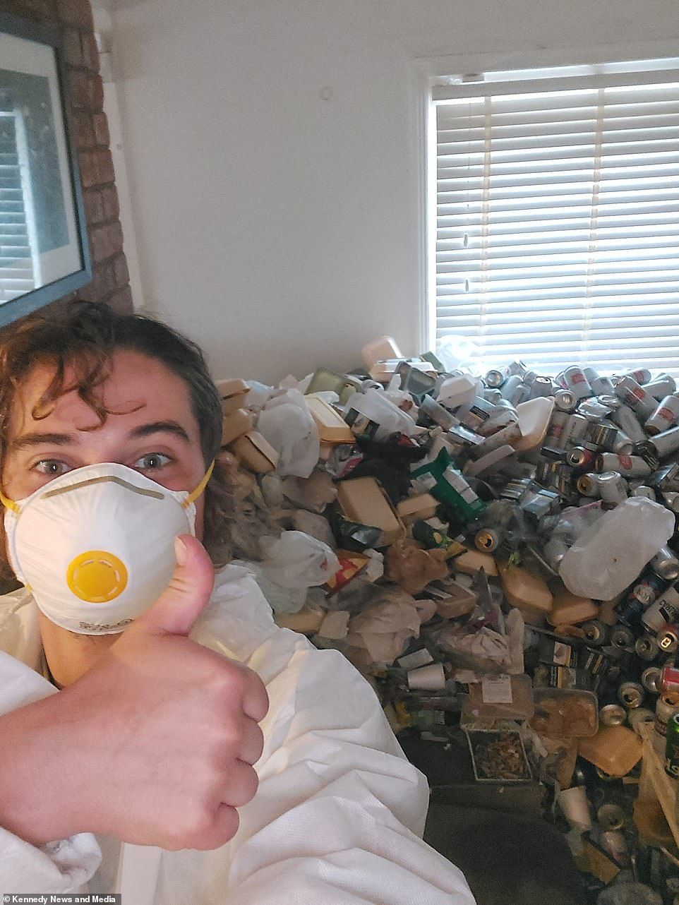 Căn nhà 'bẩn' nhất thế giới chứa 8.000 chai lọ thức ăn rác thải
