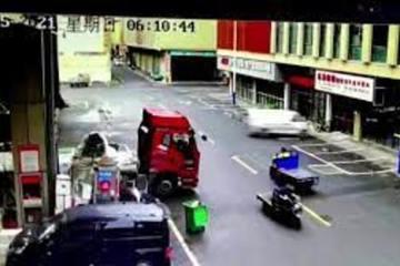Ô tô lao với 'tốc độ bàn thờ', xuyên thủng bức tường cửa hàng bên đường