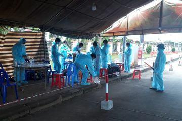 12 công nhân đi bộ hơn 80km từ Bình Phước đến Đắk Nông, được giúp đưa về quê