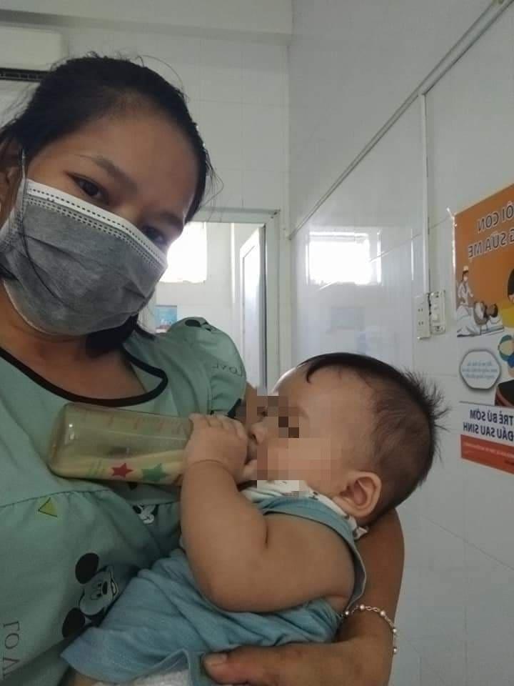 Nữ điều dưỡng trở thành 'bảo mẫu' của nhiều cháu nhỏ nhiễm Covid-19