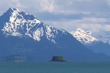 Ảo ảnh quang học biến hòn đảo ở Alaska thành 'đĩa bay' lơ lửng trên mặt nước