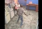 Người đàn ông bị tấn công dã man khi đang rút tiền ở ATM trong ngân hàng