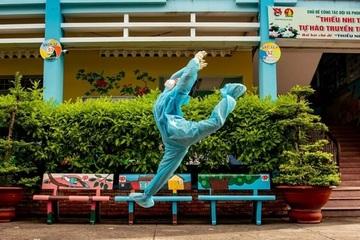 Cô gái ở TP.HCM ngẫu hứng nhảy khi hỗ trợ tiêm vaccine