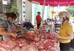 Thịt lợn ngoài chợ, siêu thị giá cao chót vót, mặc lợn hơi tụt giá, chủ nuôi bị siết nợ